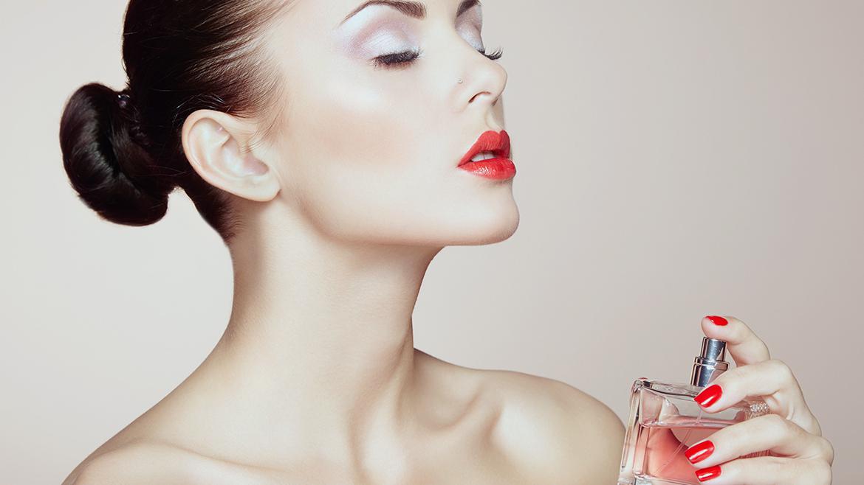 Hướng dẫn cách xịt nước hoa cho nữ đúng cách