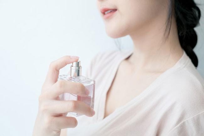 Nên sử dụng nước hoa nào ? Nước hoa có hương thơm quyến rũ